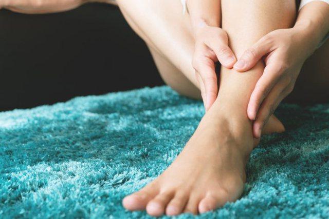 Këmbë të fryra nga vapa/ Mënyrat më të mira si ta
