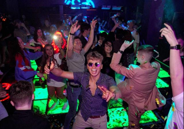 Karantina mbaroi! Të rinjtë britanikë festojnë