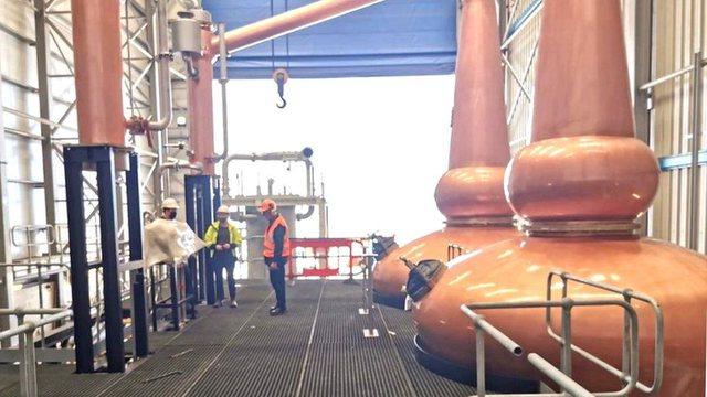 Edhe uiski bëhet kinez, një fabrikë e tërë ngre
