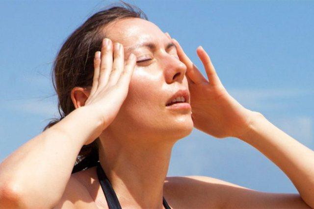 Dhimbja e kokës nga vapa/ Masa dhe kujdesi që duhet të tregoni