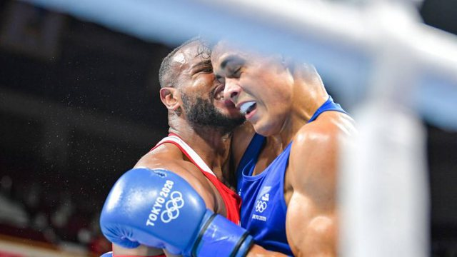 FOTO dhe VIDEO/ Boks, kafshoi kundërshtarin si Mike Tyson Holyfieldin, por
