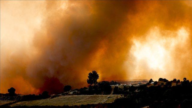 Video/ Zjarret masive pyjore marrin tre jetë në Turqi, banorët