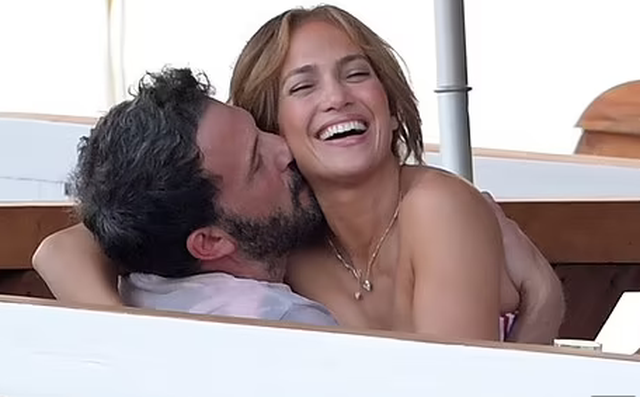Si dy adoleshentë/ Jennifer Lopez dhe Ben Affleck kapen në momente