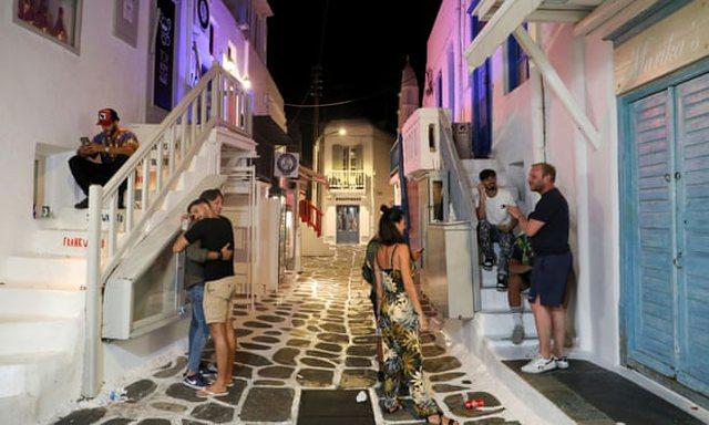 Shpërthimi i Covid, Greqia trefishon policët në Mykonos për
