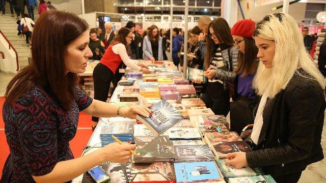 Pandemia ktheu shqiptarët tek leximi/ Këto janë 10 librat që