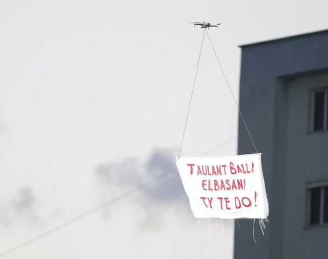 VIDEO/ Taulant Balla ngre dronin në 'Elbasan Arena' dhe nxit