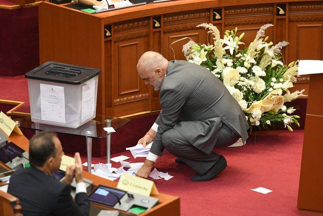 """""""Lufta"""" me fletët e votimit/ Tensionet në Parlament, Rama i"""