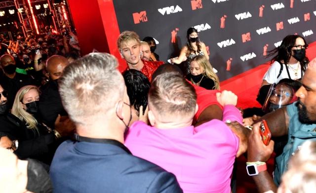 Conor McGregor nuk përmbahet as në MTV Music Awards, sherr me të