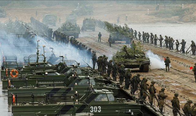 FOTOT/ Rusia alarmon NATO-n! Putin nxjerr në stërvitje mbi 200