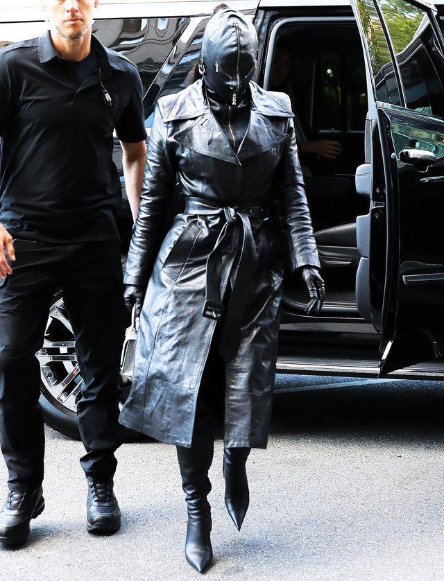 Ku e ka fytyrën? Kim Kardashian vishet kokë e këmbë me