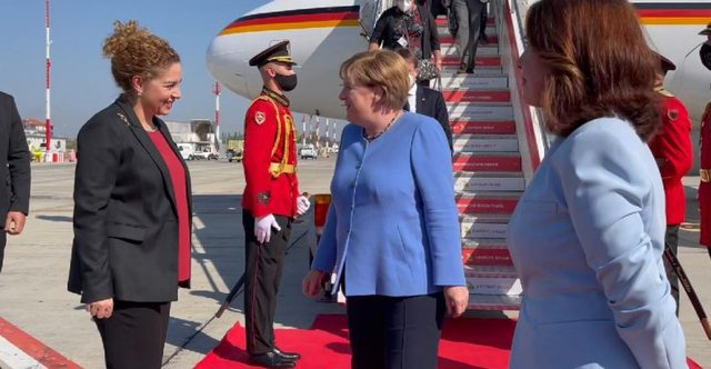 """Merkel në Tiranë! E veshur me """"blu"""", mesazhi i"""