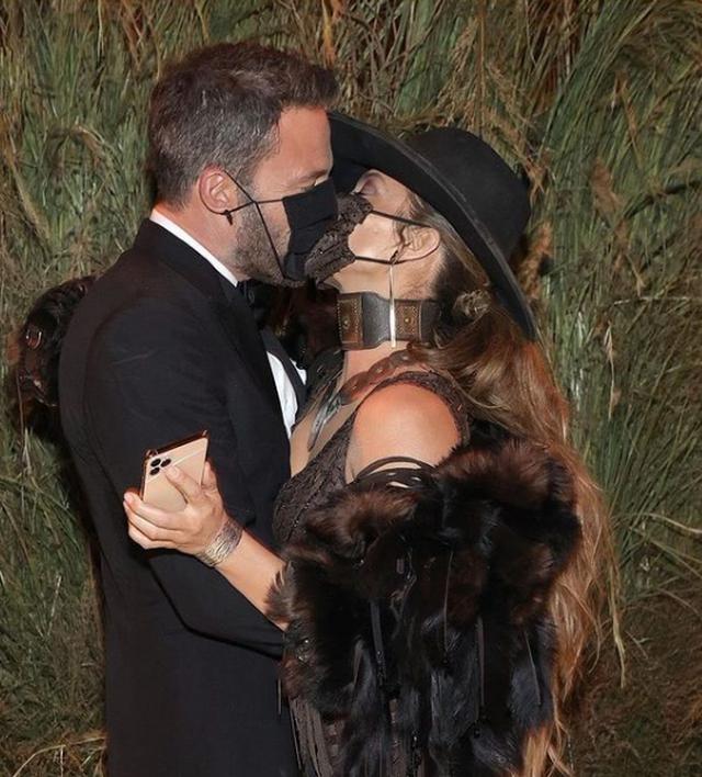 E gjithë vëmendja te JLo dhe Ben Affleck, puthje pasiononte me maska