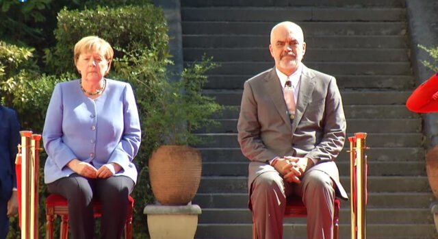 Pse u ulën në karrige, Merkel dhe Rama gjatë himnit? Zbulohet