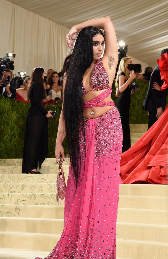 Me fustanin ekstravagant dhe me sqetullat e padepiluara, të gjithë