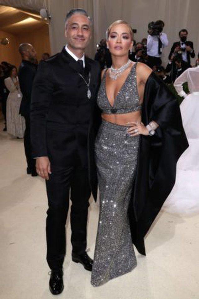 Rita Ora është fejuar? Detaji që u kap në tapetin e kuq dhe