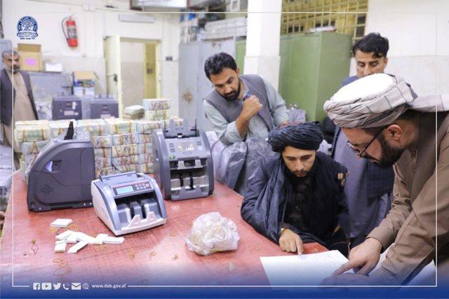 Talebanët sekuestrojnë miliona dollarë CASH dhe ar në