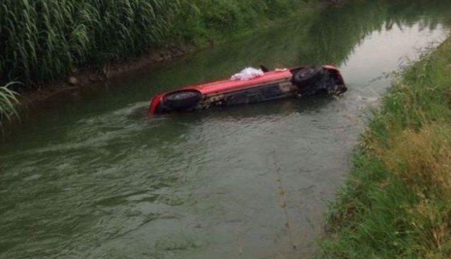 E rëndë/ Makina bie në një kanal me ujë në
