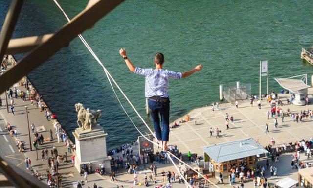 FOTO/ 70 metra mbi tokë, 27-vjeçari ecën mbi litar nga Kulla