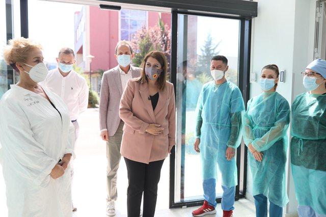 Rriten frikshëm rastet/ Manastirliu inspekton spitalin Covid 4: Të