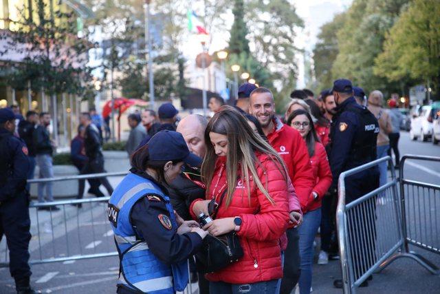 FOTOT/ Tirana vishet kuqezi!  Shqipëri-Poloni, tifozët hyjnë