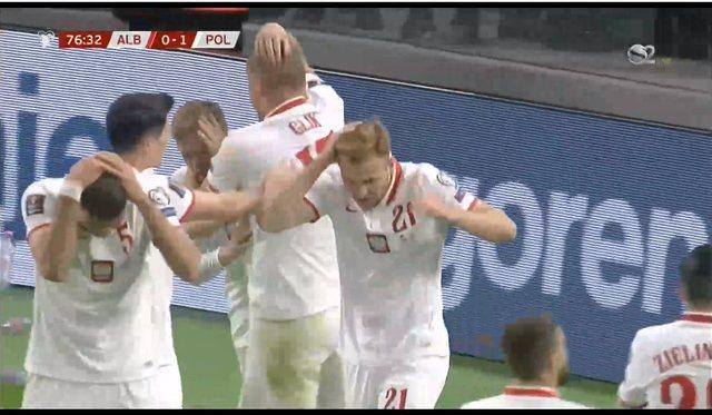 Video/ Ja momenti kur tifozët shqiptarë godasin me shishe lojtarin