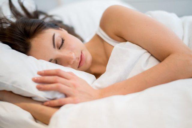 4 arsye pse të flesh i uritur mund të jetë një ide e keqe
