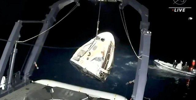 Pas përfundimit të misionit hapësinor, kthehen me sukses në