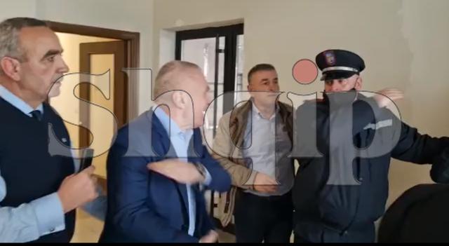 Video e pazakontë/ Sherri i plotë i presidentit me policët