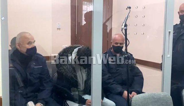 FOTO/ Me kokën ulur mes policëve, vrasësi i Behar Sofisë del