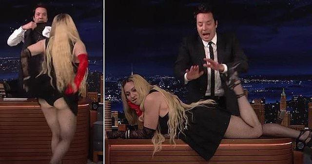 """""""Ndalojeni""""! Madonna shokon fansat në emision live, hidhet mbi"""
