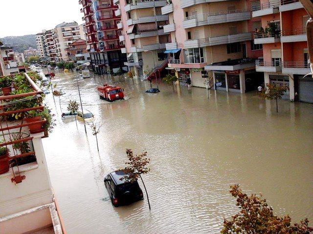 Përmbytjet dhe shtrëngatat rrezikojnë Shqipërinë?