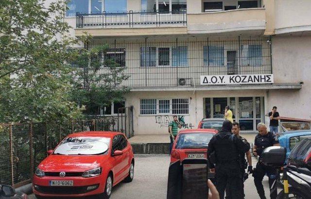 Sulmoi me sëpatë zyrën e taksave duke plagosur 4 persona, Greqia