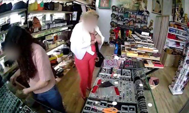 VIDEO/ Momenti kur turistja serbe vjedh unazën në një dyqan