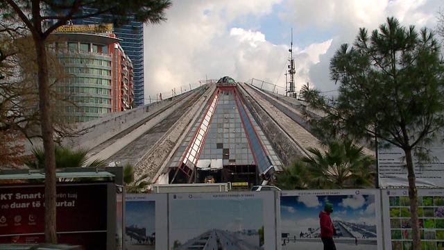 """""""Punime pa kushte sigurie""""/ Piramida po restaurohet duke rrezikuar"""