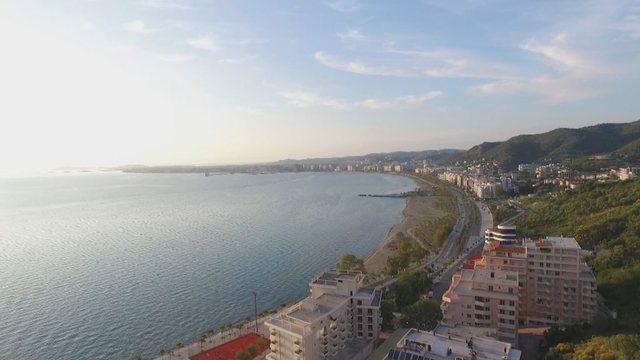 VOA: Sezoni turistik nis ngadalë prej pandemisë në bregdetin