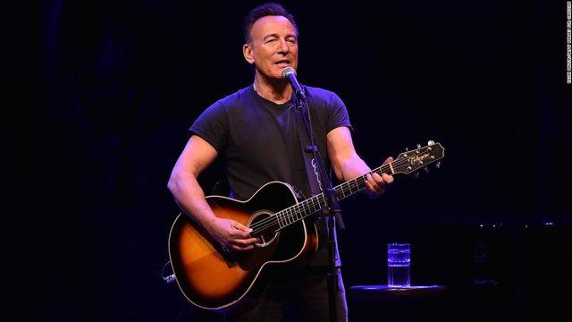 Të vaksinuarit me AstraZeneca nuk lejohen në koncertin e Bruce