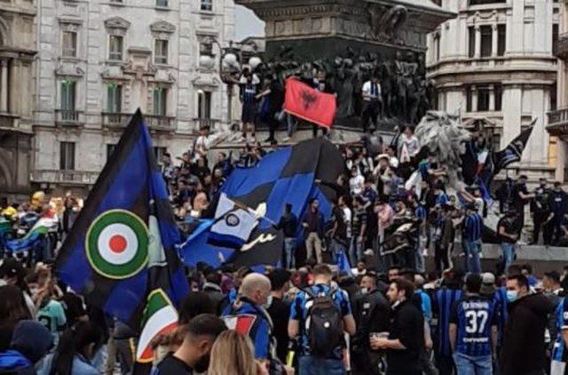 FOTO/ Festa e çmendur e tifozëve të Interit në Piazza