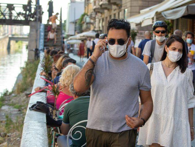 Lombardia heq maskat në ambientet e hapura: S'ka nevojë,