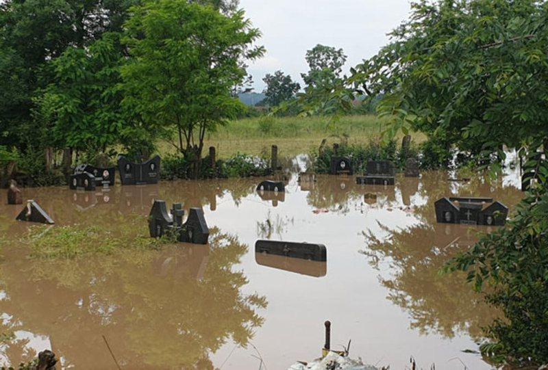 Përmbytje katastrofike në Serbi, edhe varrezat nën ujë