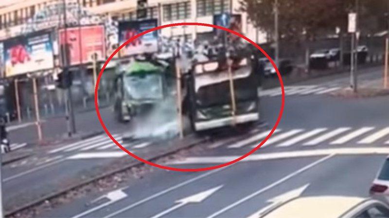 VIDEO/ Autobusi elektrik përplaset me kamionin në Itali