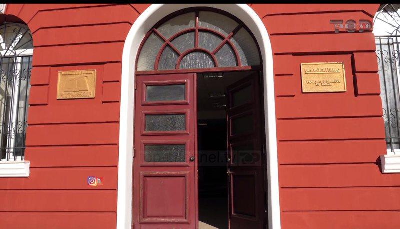Top Story/ Gjuha shqipe shkruhet korrekt në koshat e plehrave, por jo tek