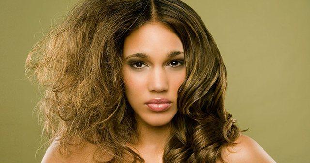 Ju elektrizohen flokët? Pesë mënyra natyrale si ta ndaloni