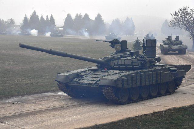 Serbia nuk ndryshon! Tanket nisen drejt Kosovës, televizionet