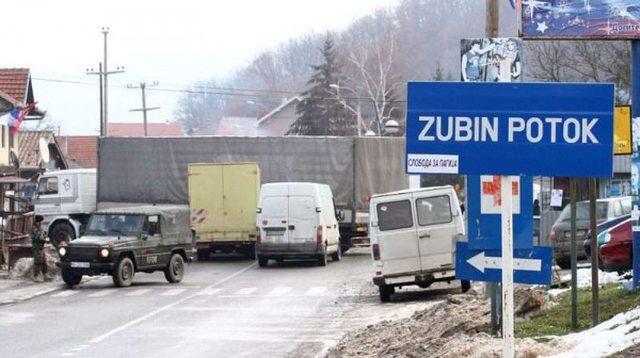 Serbët djegin Qendrën e Regjistrimit në Zubin Potok e hedhin