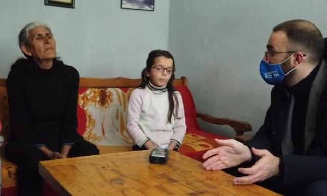 Takon familjet në nevojë dhe i kërkon votën, Bardhi nuk