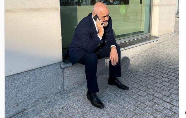 """""""Alo! Ca ka nai gjo anej?"""",Rama shfaqet i shqetësuar me celular"""