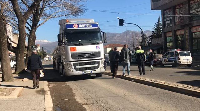 Aksident i rëndë në Elbasan, traileri përplas