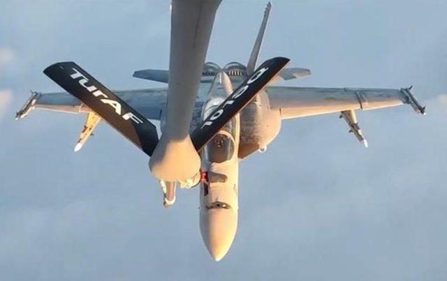 Avioni turk furnizon me karburant në ajër avionët luftarakë