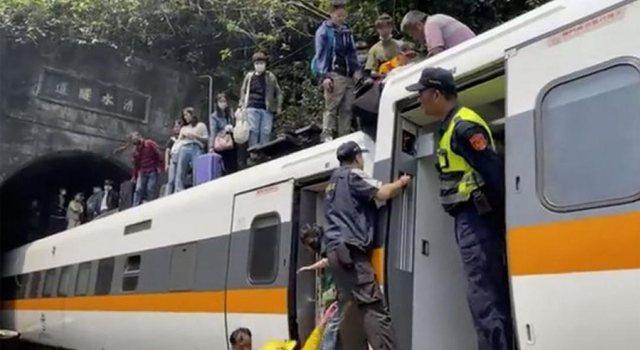 Tragjedi! Treni del nga shinat, dhjetëra persona humbin jetën