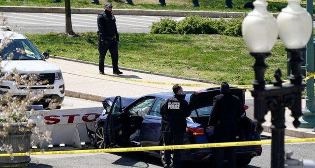 SHBA/ Përplasi me makinë dhe sulmoi me thikë policët në